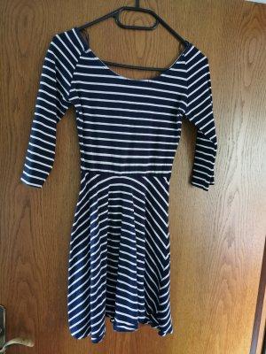 Kleid mit 3/4 Armen und tiefem Rücken