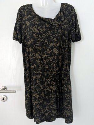 Kleid mit assymetrischen Ausschnitt