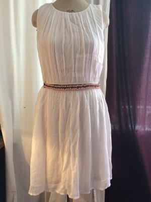 Kleid mit aufwendiger Perlenstickerei am Gürtel