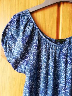 Kleid mit blauem Batikmuster, weitem Stufenrock und Puffärmelchen