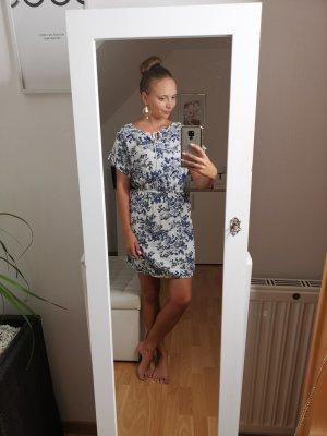 Kleid mit blauen Blümchen