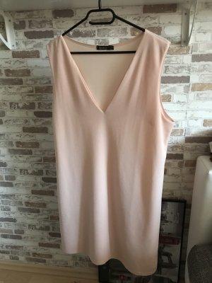 Kleid mit einem V-ausschnitt