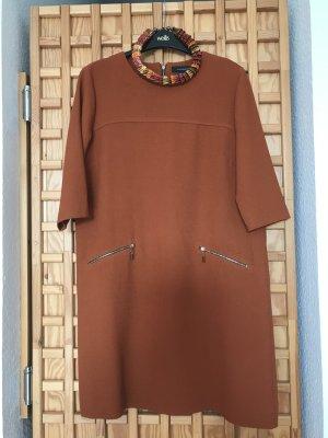 Kleid mit handgemachtes Schmuck