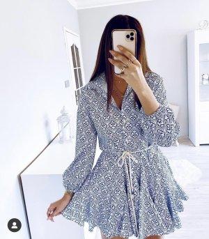 Kleid mit Knöpfen, Muster und Gürtel