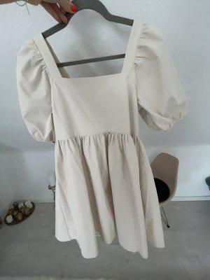 Kleid mit Puffärmeln und Rückenausschnitt
