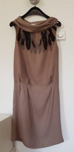 Kleid mit raffiniertem Ausschnitt
