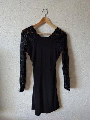 Kleid mit Rückenausschnitt und Spitzenärmeln