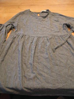 Kleid mit Schleifen an den Ärmeln