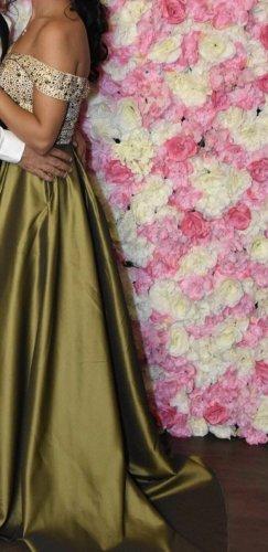 Kleid mit Schleppe in Größe 36 olivgrün mit Glitzersteinen