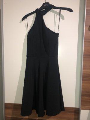 Kleid mit schrägen, hohem Ausschnitt