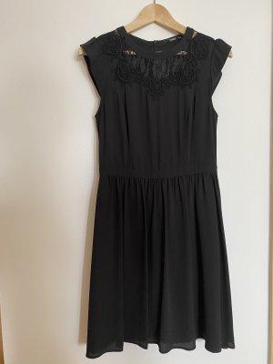 Kleid mit Spitzenbesatz und Stickerei