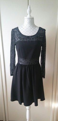 Kleid mit Spitzeneinsätzen von H&M