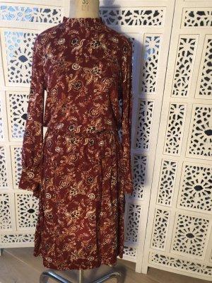 Kleid mit Stehkragen und Smoktaillierung