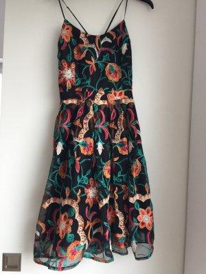 Kleid mit Stickerei und Kreuz-Rücken
