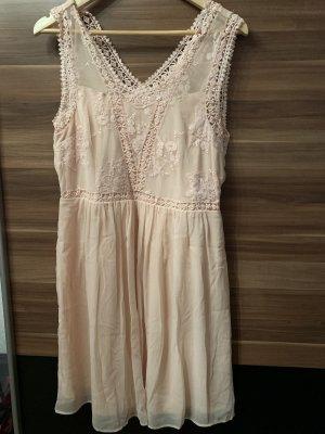 Kleid mit Stickerei und Unterrock