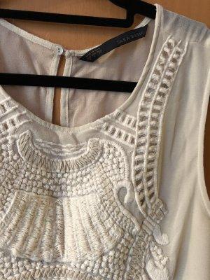 Kleid mit Stickmuster