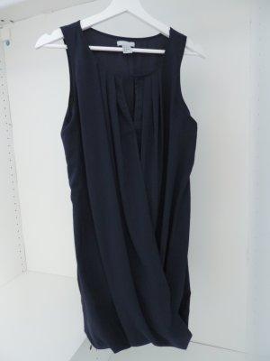 Kleid mit V-Ausschnitt tailliert