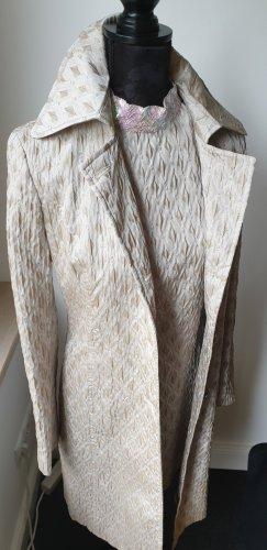 Kleid und passender Mantel von Sisley in sanften Beigetönen