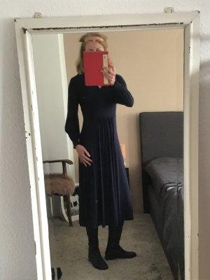 Kleid von Boden , Waden umspielend, große Frauen, dunkelblau
