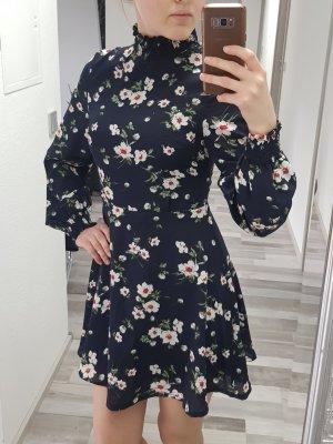 Kleid von Prettylittlething