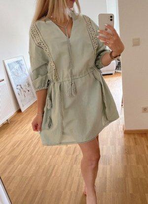 Kleid von Zara in graugrün salbeigrün