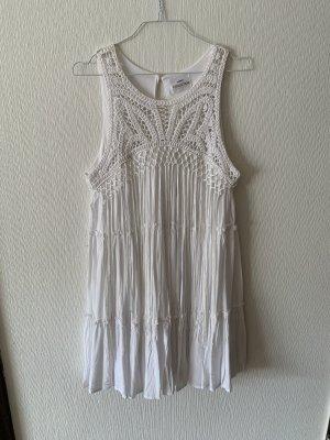 Kleid weiß mit Häkelspitze und Fäden