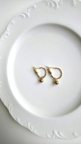 Kleine goldfarbene Creolen mit Perle