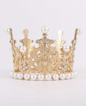 kleine krone in gold mit weißen steinchen und perlen