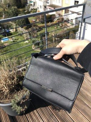 Kleine schwarze Tascha mit Kettenband