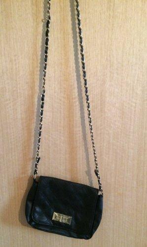 Kleine schwarze Tasche mit Kette
