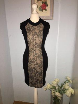 Kleines schwarzes Kleid mit Spitze in der Mitte