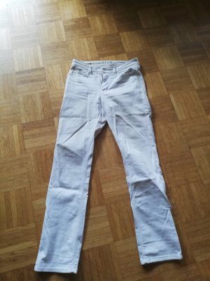 Knackig sitzende weiße Mac Jeans