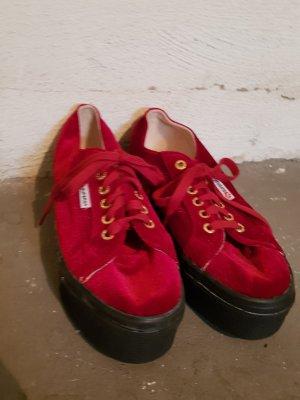 Knallrote Plateau Schuhe von Superga