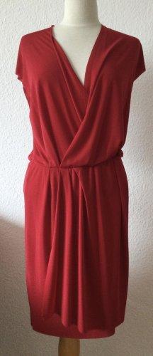 Knallrotes Kleid mit tiefem lockeren Ausschnitt