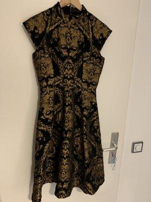 Knielanges Kleid im Barock Muster, schwarz - gold von Chi Chi London