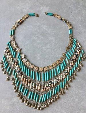 Künstlerische, exotische Halskette / Statementkette / Unique Necklace. Türkisfarbene Steine und gebürstetes mattes Silbermetall. Sehr cooler, schicker, moderner, femininer, einzigartiger Blogger-Stil.