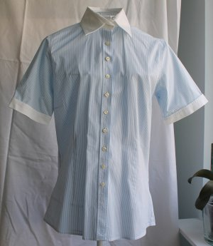 Kurzärmelige hellblau-weiß-gestreifte Bluse