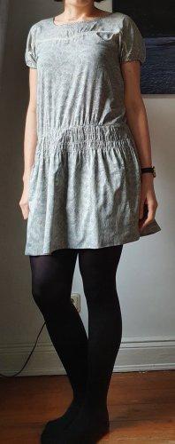 kurzärmliges Kleid mit blau-beige-farbenem Muster