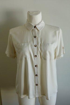 Kurzarm-Bluse mit großen Knöpfen.