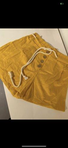 Kurze gelbe Shorts + Gürtel  in Grösse M
