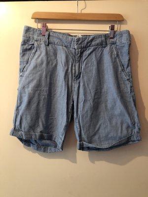 kurze hellblaue Shorts