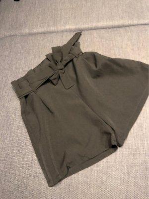 Kurze Hose mit Paperbag-Bund