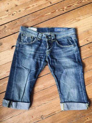 Kurze Jeans mit Neon-Nähten