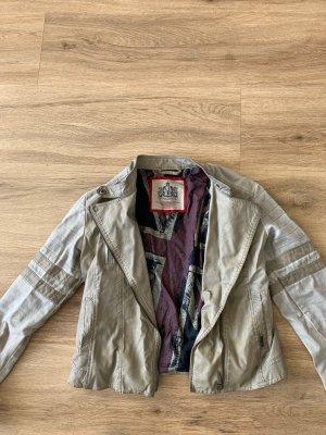 Kurze Jeansjacke mit Lederoptik Details