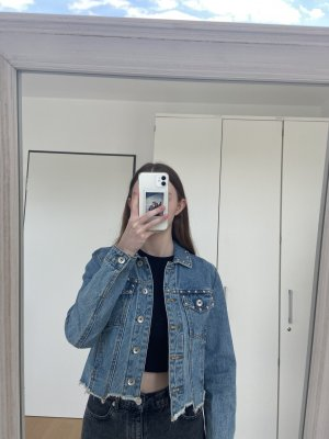 kurze Jeansjacke mit silberen Details