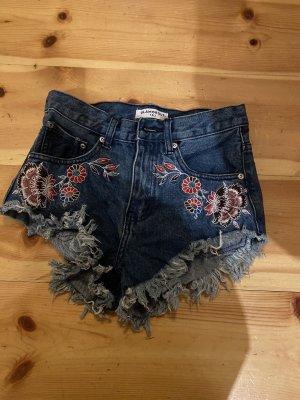 Kurze Jeansshorts mit Blumenmuster
