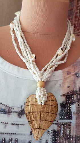 kurze Perlenkette mit Muschelchen und Anhänger