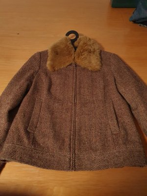 Kurze schicke Jacke mit Pelzkragen
