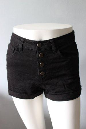 Kurze schwarze Hose zum Zuknöpfen