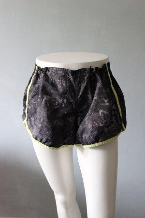 Kurze Sporthose mit Hellgrünem Saum